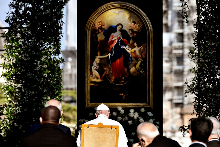 """Papa Francesco davanti a una copia del quadro """"La Madonna che scioglie i nodi"""""""