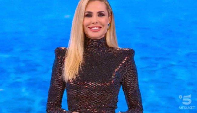 "Famous Island: Elari Blasie and the Humor ""a certain"" To Valentina Persia"