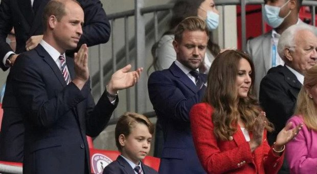 """William, Kate and little George in the England-Germany stadium, the baby's gesture cheers everyone up: """"That's not possible..."""""""