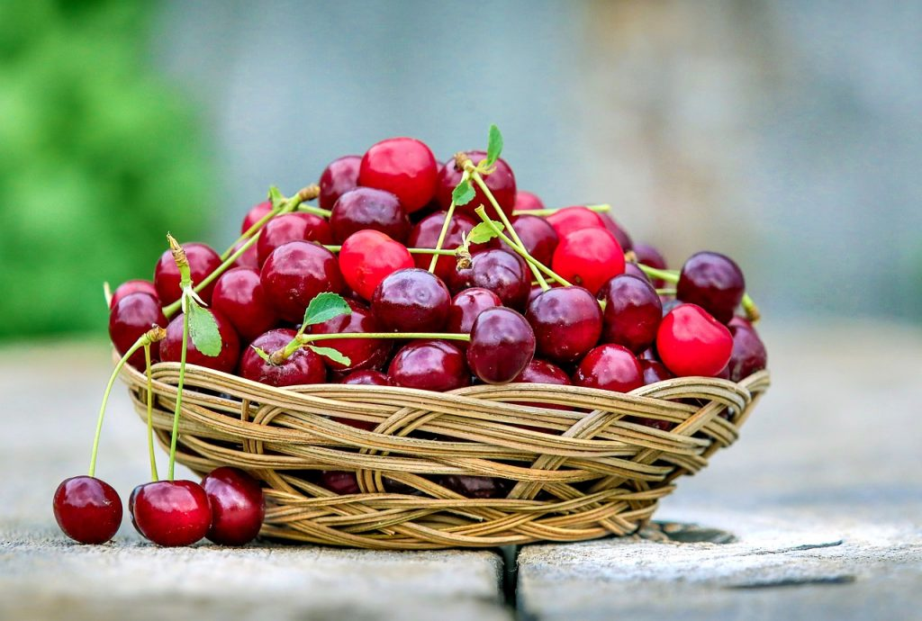 An ingenious trick for digging up cherries using a simple pipette
