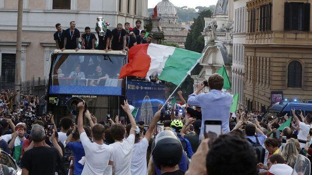 Italy, a storm in the convertible bus: Thunder Leonardo Bonucci