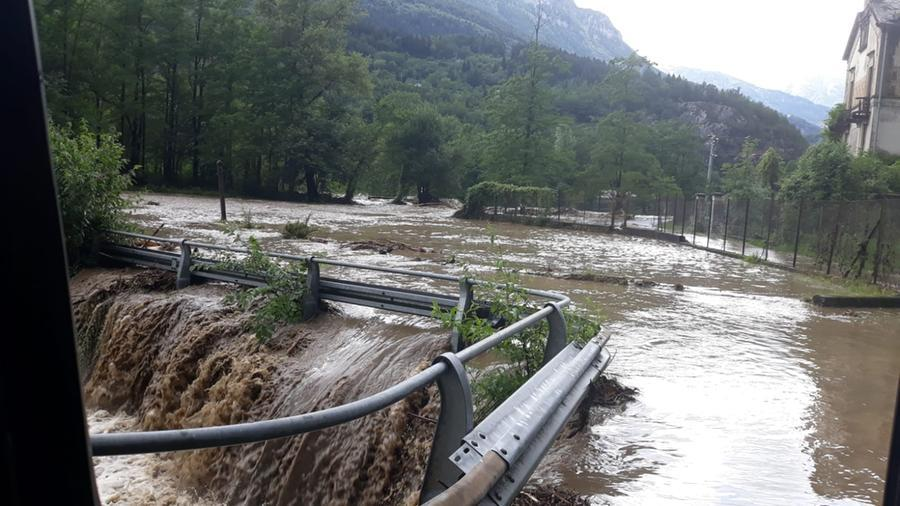 Maltempo in Ossola, statale chiusa a Pharmazza per quattro Frane.  Toce esondato a Crodo: due family evacuate