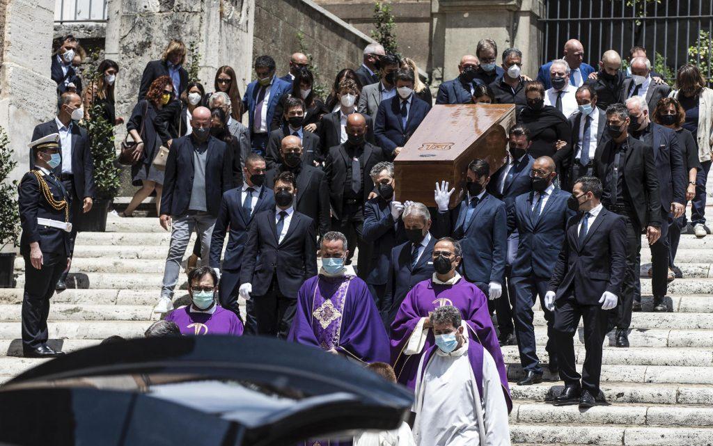 Carrà, applausi e canzoni ai funerali a Santa Maria in Aracoeli