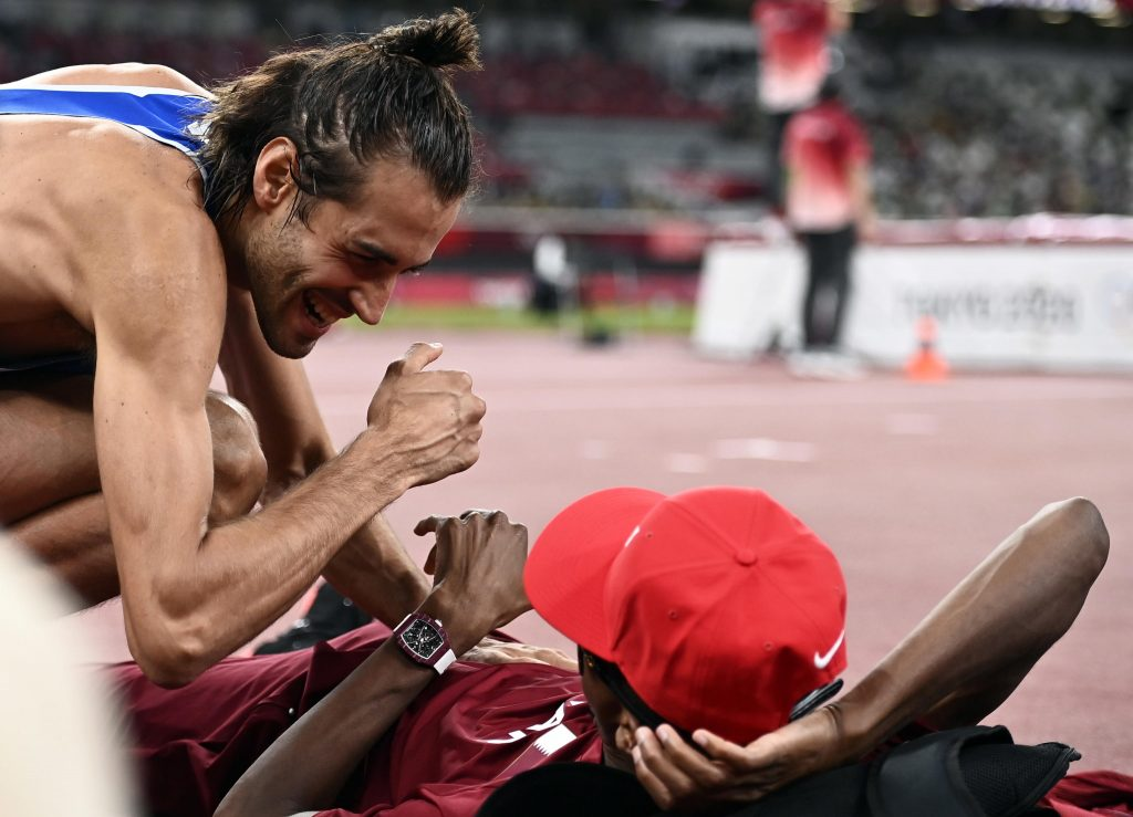 An unprecedented exchange on the Olympic podium: Tampere and Barshim win two golds - VIDEO