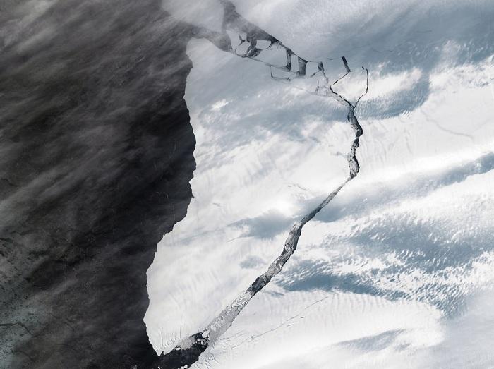 Antarctica, icebergs crawling on the coasts near a UK research base - Terra & Poli