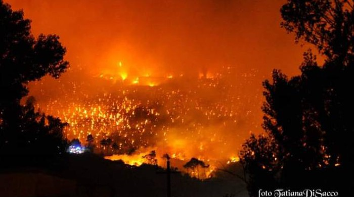 """Fire play, Monte Picano in flames.  """"Do not disturb the recovery"""", the houses were evacuated"""