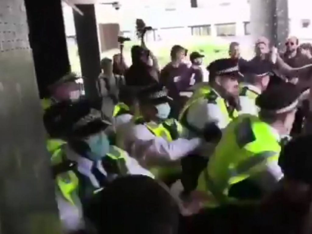 """No fax attacks BBC headquarters: """"Shame on you..."""".  Clashes with the police"""