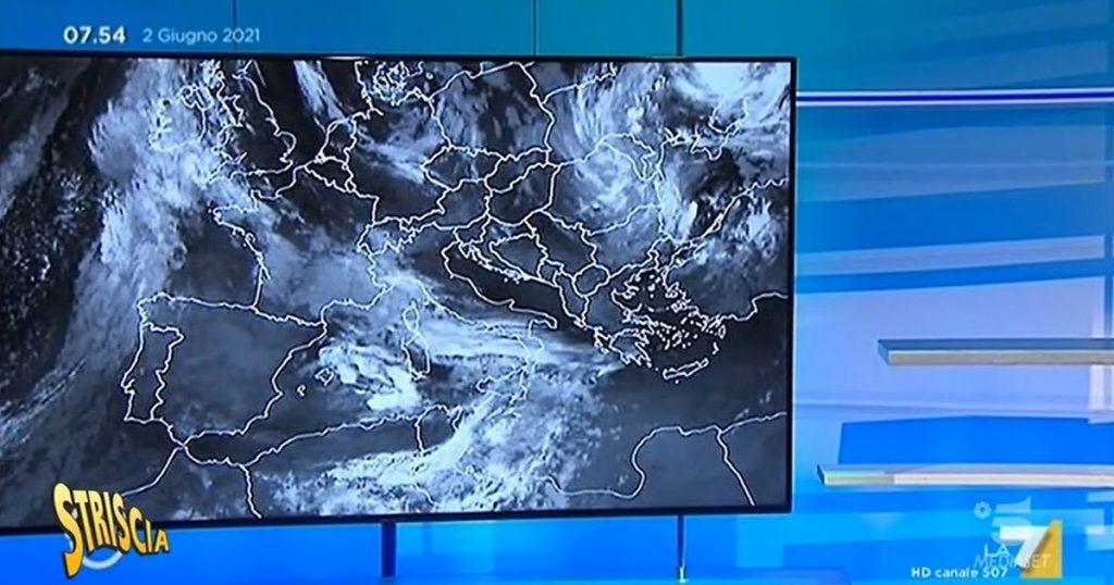 "Striscia la Notizia, bewilderment at La7: The weather begins but Sottocorona ""forgot"" to drive it.  Then he enters the studio like this: Chilling - Libero Quotidiano"