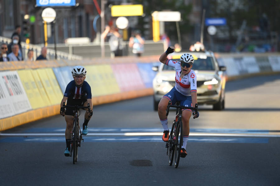 Zoe Baxtedt wins the world title.  Running Kaia Schmid - OA Sport