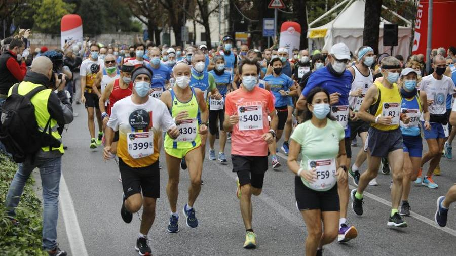 Udine Marathon, the Army of the 800 that stopped the city for a few hours: parties fill the center