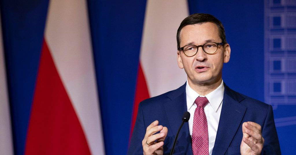 """Poland in the streets in favor of the EU: 100,000 against the ruling of the Constitutional Court.  The Prime Minister defends himself: """"Europe does not impose its ideas"""""""