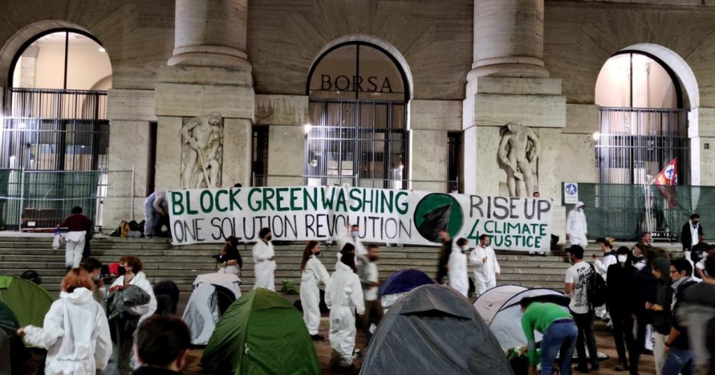 Youth4Climate, activists occupy Piazza Avari in Milan: tents in front of the Italian Stock Exchange